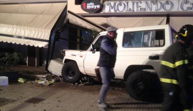 Sassari, fuoristrada si schianta sulla veranda del Moliendo Cafè: grave un 41enne
