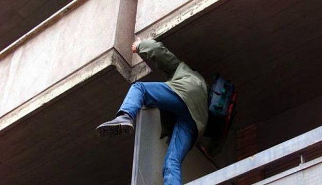 Disturba al bar poi danneggia l'auto dei Carabinieri: 35enne arrestato ad Alfonsine
