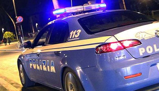 Sfondano il vetro di un'auto e rubano bancomat e documenti: due arresti
