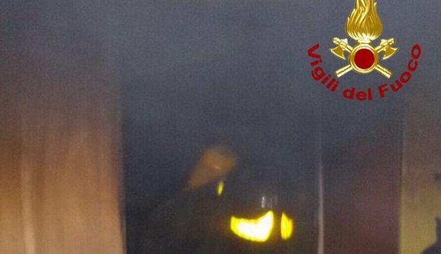 Incendio a Montano Lucino, tetto in fiamme