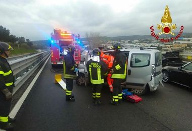 Incidente lungo la SS 131 DCN: due feriti