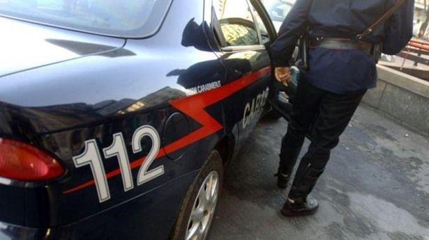 Accoltella un carabiniere dopo una lite familiare e si barrica in casa