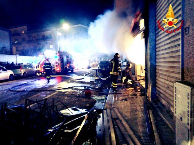 Incendio in un bar, due palazzine evacuate