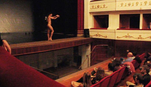 """""""Nudo"""" di Daniele Cipriani: pienone al Teatro Civico"""