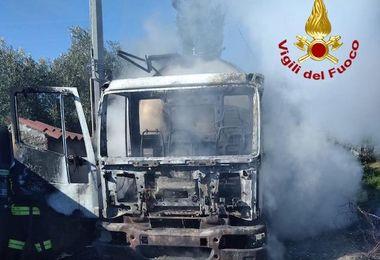 Camion del latte a fuoco nel territorio di Irgoli