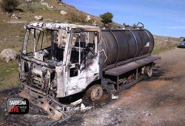 """Autocisterna bruciata a Torralba. Coldiretti: """"Atto criminale che indebolisce la battaglia dei pastori"""""""