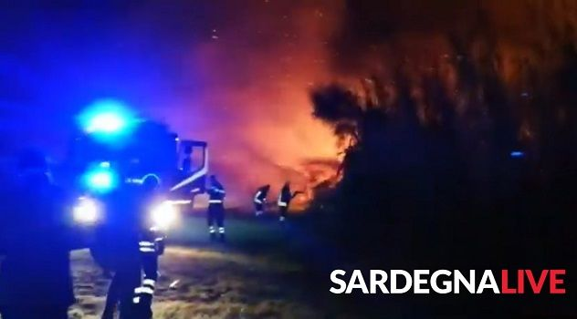 Fiamme davanti a Sella&Mosca, un grosso incendio sta distruggendo le vigne