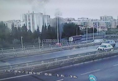 Auto in fiamme sull'asse mediano. IL VIDEO