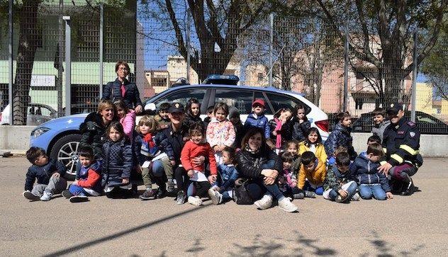 Educazione stradale: i bambini della scuola d'Infanzia di via Solari con la Polizia