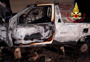 Incendiato pick up rubato a Sarule