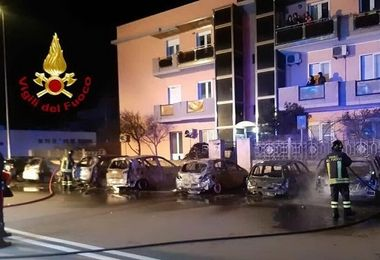 Otto auto incendiate al Poetto