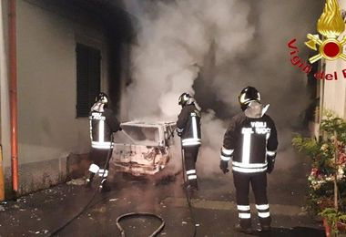Noragugume: auto in fiamme in piena notte